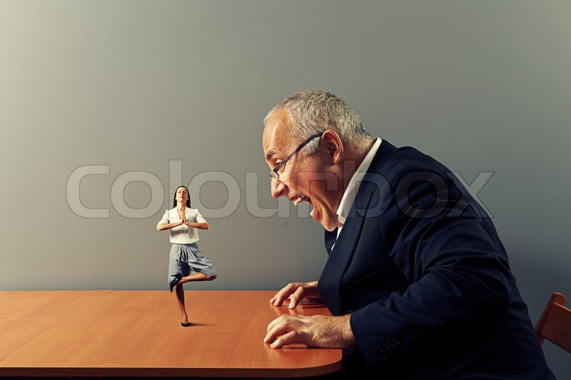 Mann schreit Frau auf dem Tisch | Stock Bild | Colourbox