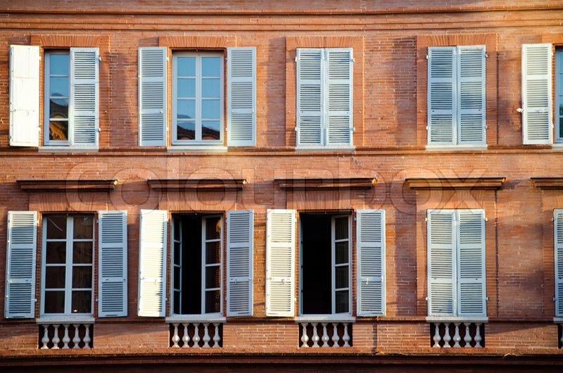 Französische Fenster zeile der traditionelle französische fenster mit blauen fensterläden