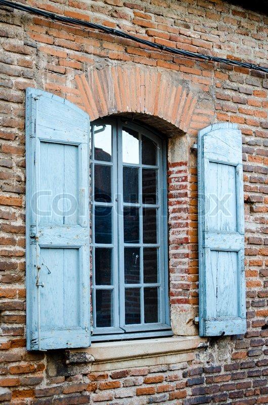 Französische Fenster traditionelle französische fenster mit blauen fensterläden auf der
