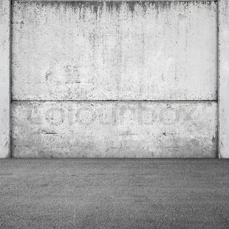 Grauer beton zaun und asphalt. städtische quadratische innenraum ...