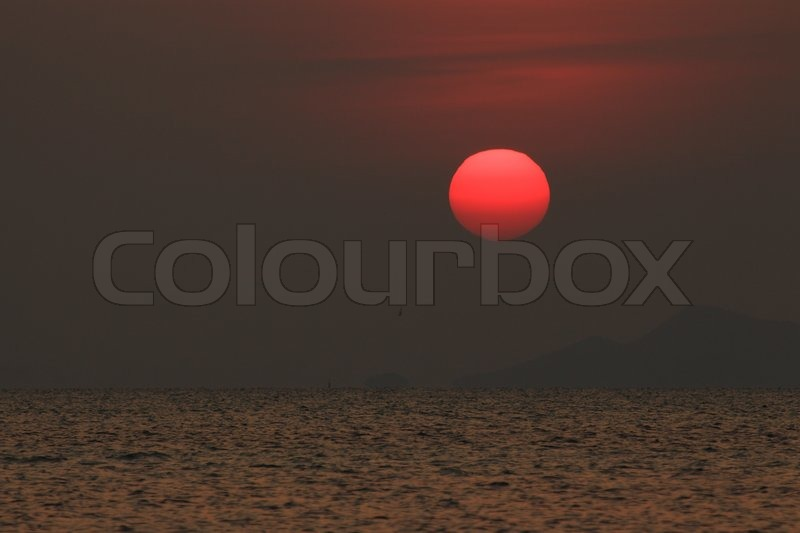 Stock image of 'Red sunset over oean'