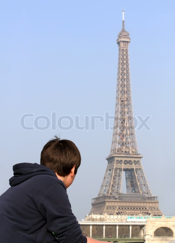 Stock image of 'Boy looking at Eiffel Tower in Paris, France'