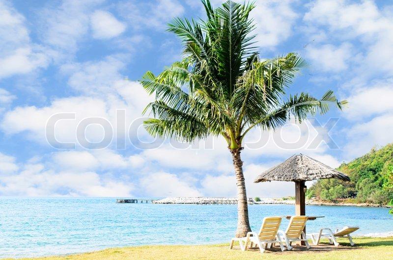Liegestuhl mit sonnenschirm strand  Liegestuhl und Sonnenschirm am Strand. Konzept für Erholung ...