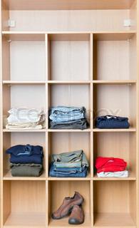 schuhe turnschuhe stiefel und andere schuhe stehen auf einem gestell stock foto colourbox. Black Bedroom Furniture Sets. Home Design Ideas