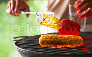 Barbecuing pepper fruit and corn outside