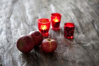 Æbler og brændende stearinlys der står på gulvet ved juletid