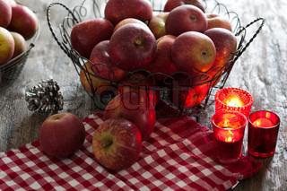 Æbler og stearinlys til pynt ved juletid