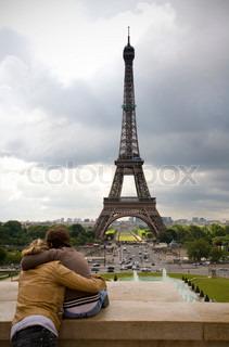 junges Paar in Liebe Blick auf den Eiffelturm von Paris - Paris, Frankreich.