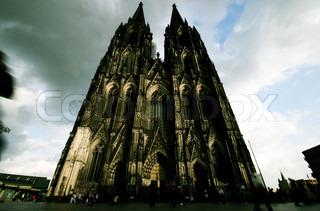 Abend Kölner Dom. berühmte Wahrzeichen in Deutschland. UNESCO-Weltkulturerbe. verschwommene Menschen gehen in der Nähe der Kirche.