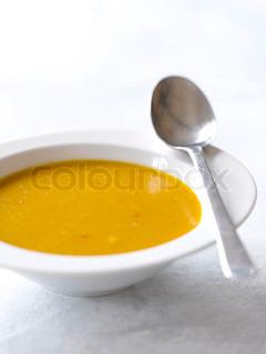 Nærbillede af græskarsuppe serveret i en hvid skål