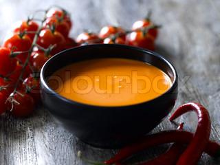 Lækker cremet tomatsuppe serveret i sort skål