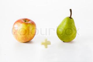 Et rødt æble og en grøn pære