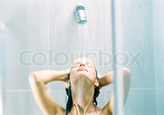 Image of 'shower, woman, shampoing'