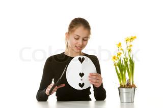 En smilende pige med påskeliljer og et gækkebrev