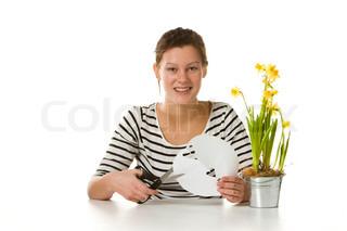 En smilende kvinde med påskeliljer og et gækkebrev