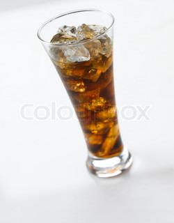 Forfriskende coca cola drink med isterninger
