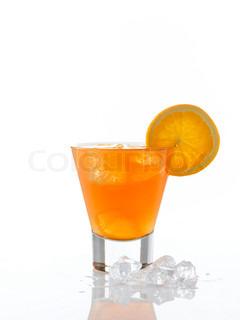 En appelsin drink med en skive appelsin i kanten