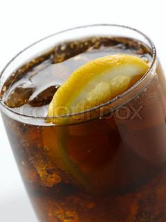 Nærbillede af en cola med en skive citron i