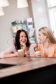 Et grinende venindepar på café sammen
