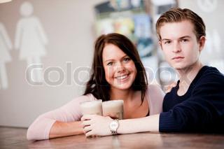 Et kærestepar på café sammen