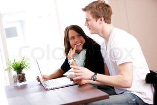 Kvinde og mand der snakker sammen inde på en café