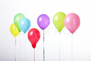 Syv forskellige farverige balloner