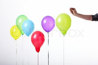 Seks forskellig farvet balloner der skal til at sprænges