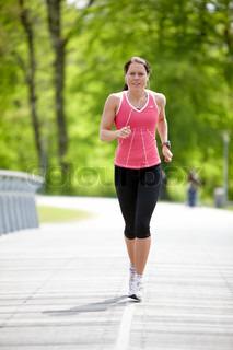 Løbende kvinde set forfra ude i naturen