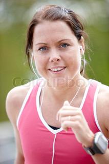 Nærbillede af en tilfreds kvinde på løbetur