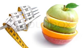 Et stykke frugt bestående af dele fra et æble, en citron, en pære og en appelsin samt et målebånd på en gaffel