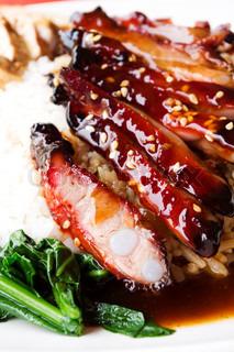 chinesischen Stil Grill-Schweinerippchen mit Reis, beliebt in asiatischen Ländern in Singapur gemachtes Bild.
