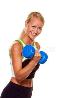 eine junge Frau mit Hanteln beim Training für Kraft und fitness
