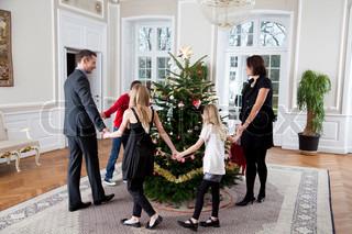 En lykkelig familie der hygger sig juleaften