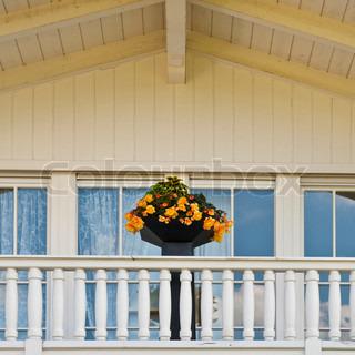 typische holz loft mit frischen blumen in den bayerischen alpen deutschland dekoriert stock. Black Bedroom Furniture Sets. Home Design Ideas