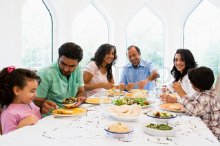 Image of 'arabic, families, eating'