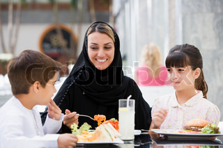 Image of 'arabic, family, eating'