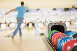 Image of 'bowling, ten pin bowling, one person'