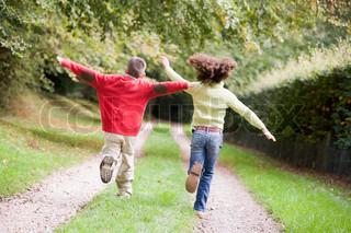 Jungen und Mädchen von 10 Jahren rennt den Waldweg