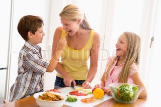 Bild von 'familie, innen, essenzeit'
