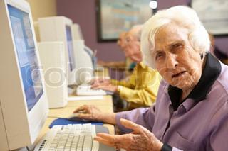 Senior kvinde ved hjælp af computer