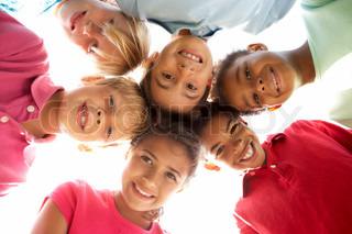 Gruppe von Kindern beim Spielen im Park