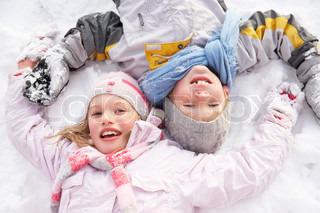 Børn liggende på bunden, som gør Snow Angel