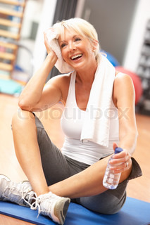 Senior Woman Resting Efter Øvelser i gym