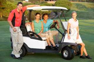 Gruppe der Freunde Riding In Golf Buggy Am Golfplatz