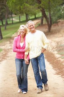Seniorenpaar genießen Spaziergang im Park