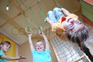drei glückliche 5 Jahre alten Kinder zu Hause zusammen zu spielen