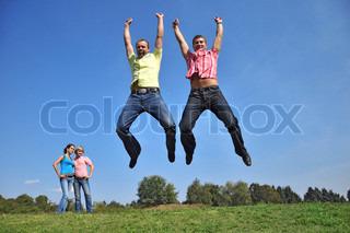 To fyre er hoppe med deres hænder op, to set piger