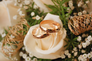 weddings rings on the bouquet of flowers