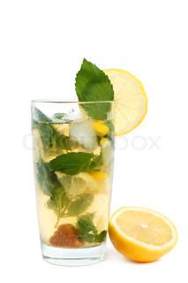 Mojito cocktail eller iste med citron, rørsukker, mynte blade og is på hvid baggrund
