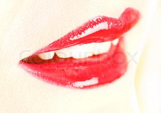 extreme Nahaufnahme von roten Lippen glänzend, flacher DOF